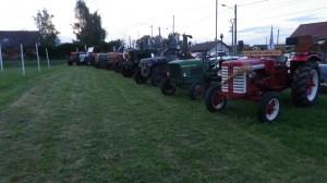 Après le plein, les tracteurs sont exposés sur le terrain de foot de Maixe.