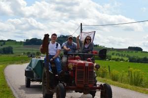 Avant de finir la journée, nouvelle présentation de quelques participants : de gauche à droite, Aymeric, Alain et Mélanie Didier sont sur un F 137 D qui transporte la remorque intendance (outillage nécessaire à la maintenance et à la réparation des tracteurs)....