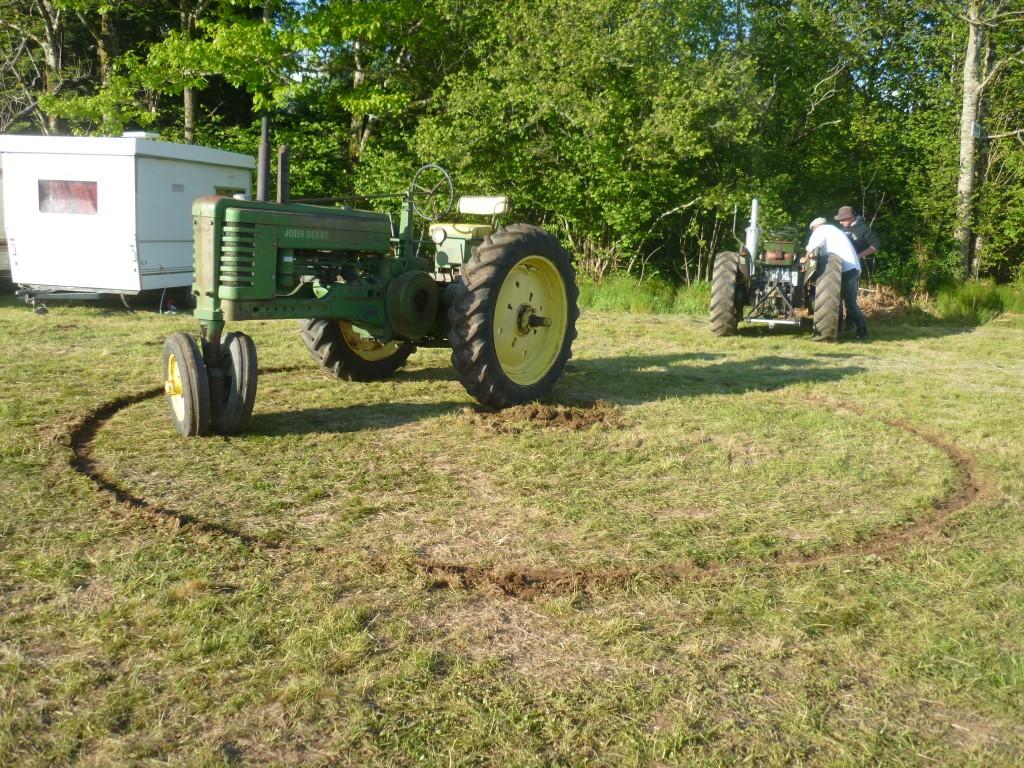 le tracteur de Greg qui tourne en rond en attendant son maître.