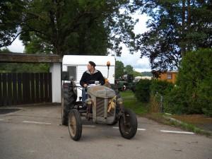 Ferguson TEF 20 1956 conduit par Sylvain Wagner - fonction : tracteur de tête - ouverture du trajet  - placement des véhicules lors des pauses.