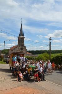 Photo souvenir avec les habitants d'Essey devant l'église, ses 5 clochers et ses 4 cents cloches comme dirait le papa de Romain Litaize...